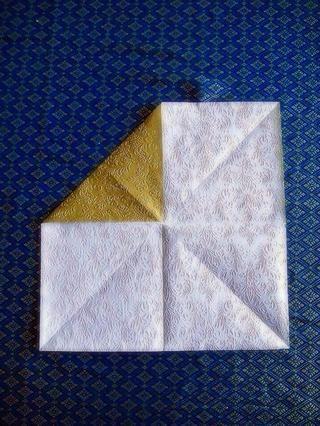 Dobla todos los rincones interior para hacer un cuadrado más pequeño