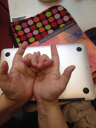 Dobla el dedo medio a la izquierda por encima de su dedo anular izquierdo. Sus dedos medios deben permanecer sin cruzar, con la conmovedora uñas.