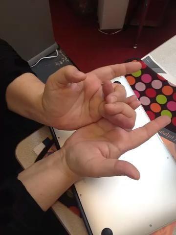 Este paso es un poco complicado. Traiga sus dedos índices hacia abajo por debajo de su anillo -fnger ojos. Estira los dedos índice y criarlos hasta que toquen el fondo de tus dedos anulares.
