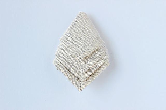 Gire la servilleta sobre, asegúrese de que las capas apuntan hacia abajo, hacia usted.