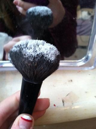 Por último, echar un polvo translúcido en un cepillo de polvo y fijar el maquillaje en su lugar (: este paso también puede ayudar en cualquier combinación de última hora que pueda ser necesaria