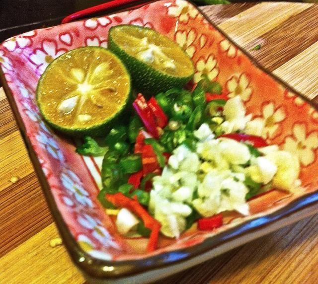 Mejor servido sumergido en una salsa de pájaro's eye chili, minced garlic & sugar mixed with calamansi lime juice.