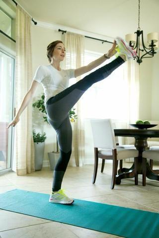 Patadas: Ideal para una sesión de ejercicios de calentamiento también! Pateando Alterna la pierna derecha a la mano izquierda y viceversa durante 1 minuto. Asegúrese de mantener el torso recto, caderas, incluso, y las piernas rectas.