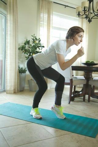 Los patinadores de velocidad: Doble ambas piernas con el pie izquierdo hacia adelante y el peso corporal en el pie trasero. Doble el torso hacia abajo y los brazos de cirugía estética de pecho.