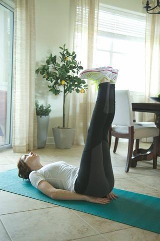 Limpiaparabrisas Parte I: Lay boca arriba con las piernas estiradas en el aire. Asegúrese de mantener la espalda baja en el suelo todo el tiempo.