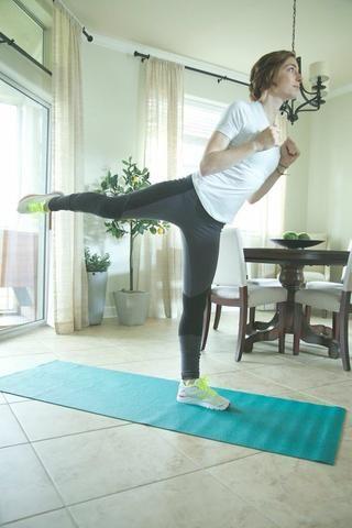 Estocada a Arabesque Parte II: Estire la pierna izquierda y el swing de la recta posterior derecha. Asegúrese de mantener el torso, las piernas estiradas y los dedos apuntando. Continuar durante 1 minuto por cada pierna.