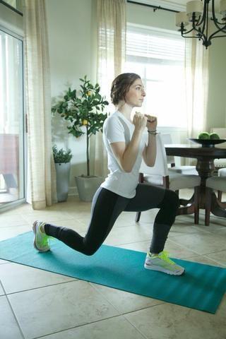 Estocadas Volver: Stand en la parte delantera de su estera con los pies anchura de las caderas. Estocada la pierna derecha hacia atrás, asegurándose de no extender la rodilla delante sobre el pie. Continuar durante 1 minuto por cada lado.