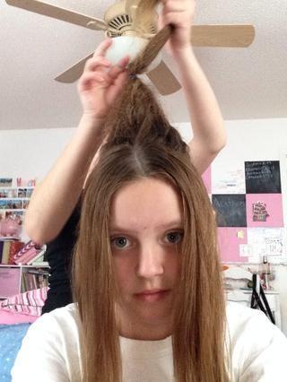 Utilice su pequeña banda elástica para atar el pelo a mitad de camino hasta la colmena. ¡ADVERTENCIA! Si su colmena es el cepillo sucio que antes de poner en la banda elástica. Tuvimos que hacer eso.