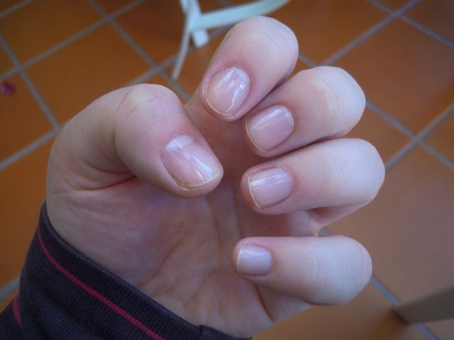 Primero aplique una capa de base para proteger las uñas.