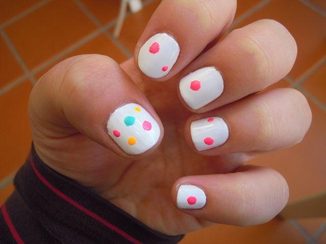 Comience agregando pequeños puntos. En primer lugar yo los traté en mi miniatura y luego pinté el resto con los puntos rosados utilizando el pincho de bambú.
