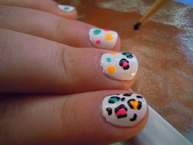 Ahora lo que necesita para completar los puntos de color con la toma de esmalte de uñas negro