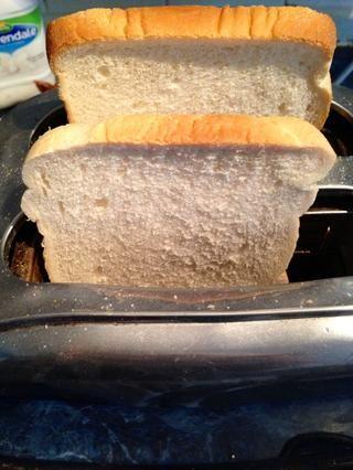 Poner el pan en la tostadora