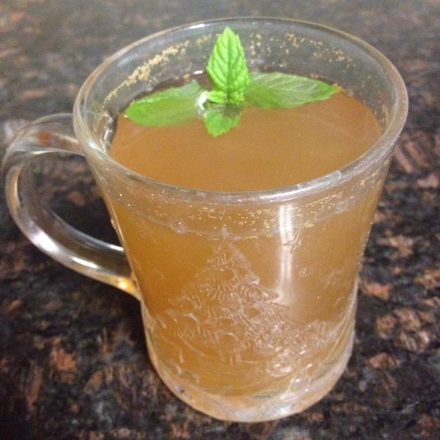 Verter en un vaso y beberla. Si lo deseas, puedes añadir una pizca de azúcar para que tenga mejor sabor.
