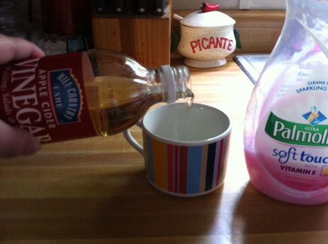 Vierta el vinagre de sidra de manzana hasta que la taza o tazón es la mitad.