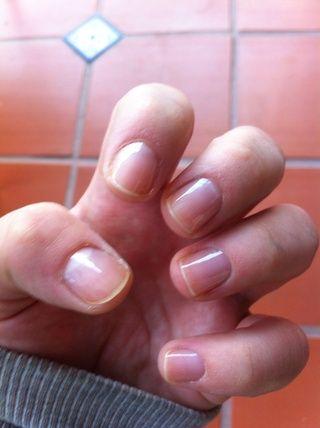 Primero aplicar una capa de base para las uñas y deje secar.