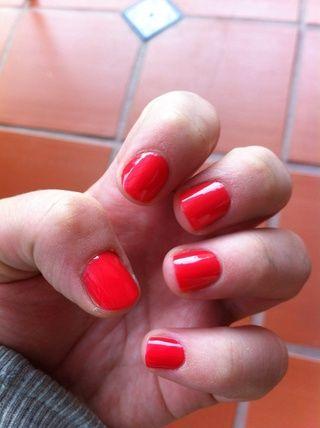 Aplique dos capas de color de esmalte de uñas que usted eligió.