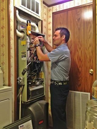 Contratar a una empresa de climatización para llevar a cabo un mantenimiento e inspección de seguridad en su equipo de calefacción. Usted debe esperar pagar alrededor de $ 150- $ 250 por un trabajo de calidad ...