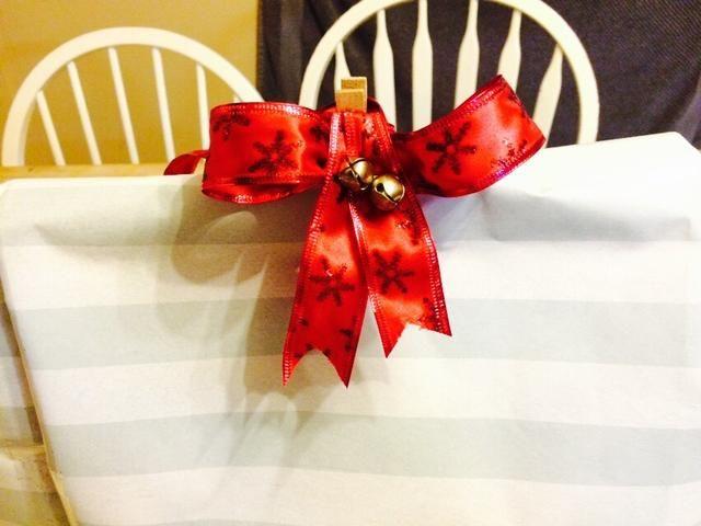 Podrías cinta hacia abajo o utilice un clip. yo've got a laundry clothespin with a bow. Enjoy!
