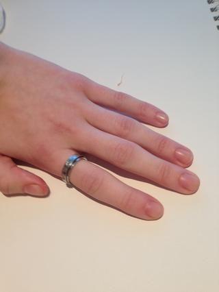 Archivo de las uñas con la forma deseada. Recomiendo presentación en una dirección para evitar que se rompan. Evite cortar las uñas con un cortaúñas porque esto daña la uña.