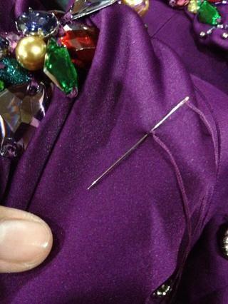 Comience a coser cosiendo el mismo lugar el primer punto de la línea.