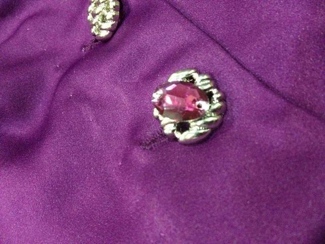 Tal vez usted puede unir las piedras preciosas en el botón, así ??????
