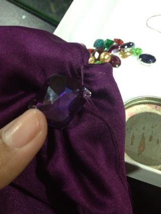 Coser la mayor piedra preciosa. Asegúrese de que cose la piedra preciosa un par de veces para que no se puede separar fácilmente.