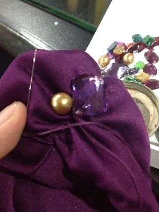 Usted puede poner la perla junto a él. Una vez más, coser un par de veces.