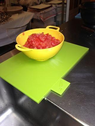 Cortar los tomates en dados pequeños. Dejarlos en el colador para deshacerse del jugo extra. Sobre todo si no utilizo búlgaro cuya función principal es la de absorber el exceso de líquidos.