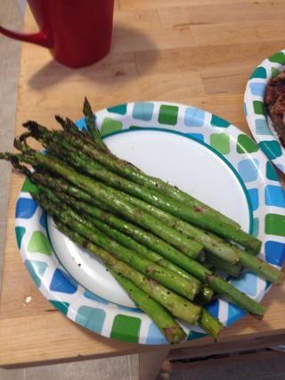 Tome los espárragos a la parrilla y servir con su plato principal favorito.
