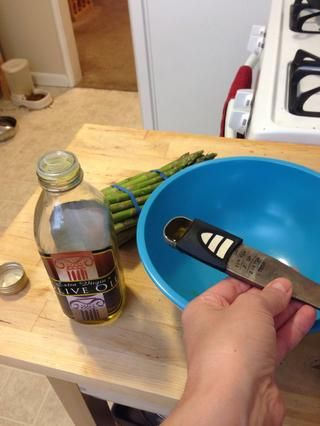 Mida 1 cucharadita de aceite de oliva y ponerlo en un contenedor.