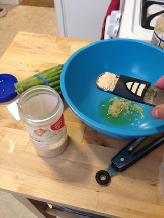Añadir 2 cucharadas de cebolla picada con el aceite de oliva.