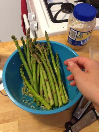 Añadir los espárragos a la receta y mezclar todos los ingredientes.