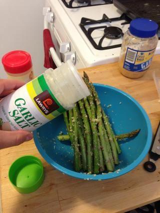 Añadir una pizca de sal de ajo y pimienta negro para darle sabor.