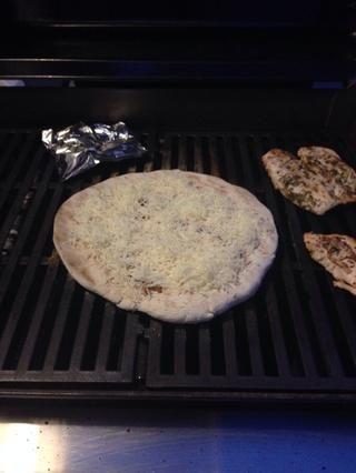 Agregue la cantidad deseada de queso. Puse alrededor de 3/4 taza de la masa de pizza.
