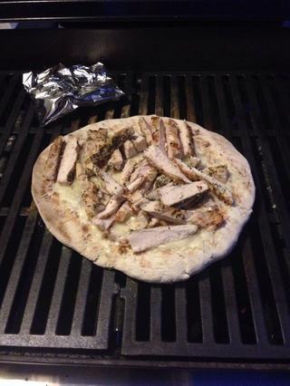 Cortar el pollo y añadir en la parte superior del queso. Cocine hasta que el queso se derrita todo.