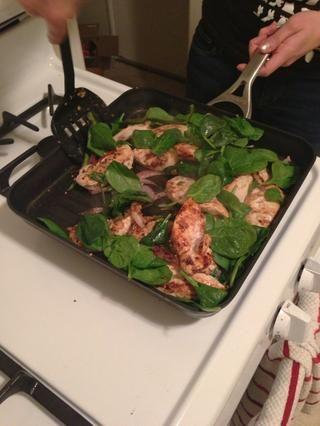 Revuelva la espinaca de todo un poco, mientras que el pollo termine de cocinar.