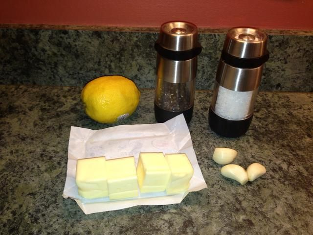 Ingredientes para la salsa de mantequilla de ajo limón / hilvanar.