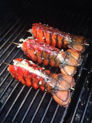 Cocine durante 3-5 minutos con la tapa cerrada y ser cauteloso de llamaradas. Cuando la carne esté opaca se hace.
