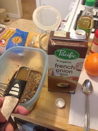 Añadir 2 cucharadas de sopa de cebolla francesa o caldo. Esto puede ser de pollo, verdura o carne de sopa / valores.