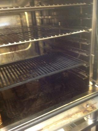 Precalentar el horno combi con una parrilla de asar a 550F