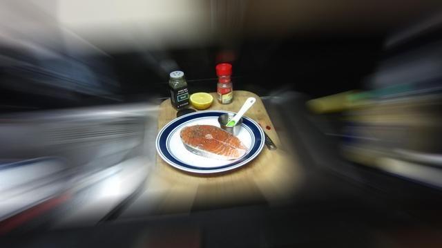 Espolvorear pimienta fresca sobre ambos lados del filete de salmón.