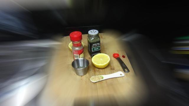 A continuación, mezclar 1 cucharada de jugo de limón, 1 cucharadita de perejil. 1 cucharadita de albahaca y 1tbs suavizar ajo machacado y el Aceite de Oliva. El ajo debe ser como un puré sin piezas de gran tamaño por lo que absorberá en el salmón.