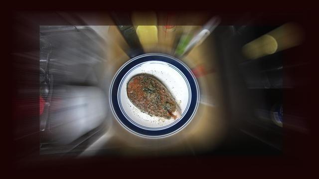 Ahora cubrir ambos lados de la participación de salmón con la mezcla. Dejar reposar durante 30 minutos.