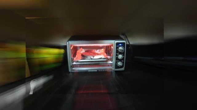 Inserte el salmón colocado en la bandeja de papel de cubierta en el horno tostador y asar durante exactamente 12 minutos. No abra la puerta del horno tostador. No lo hagas parrilla de ambos lados. Tome exactamente en 12 minutos.