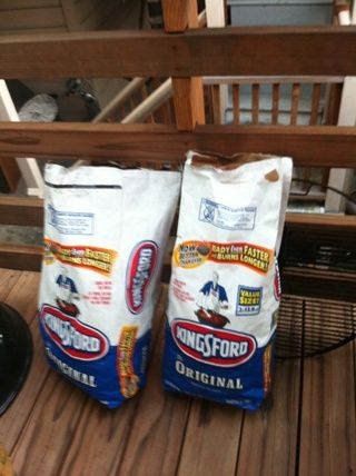 Consejo # 1: Encontramos las briquetas marca Kingsford queman más largo y don't crumble like other charcoal. Mesquite tastes great but is hard to light. If you want the mesquite taste, just mix the two.