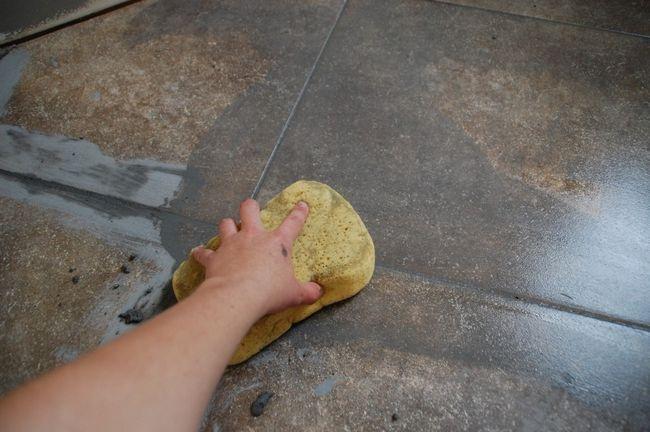 Cómo lechada del azulejo - Barrido Limpio