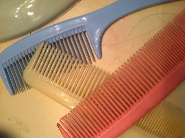Utilice peines cuando're hair is wet. When it's wet the hair is very stringy. Using a brush will cause split ends. So will combs but it's less damaging.