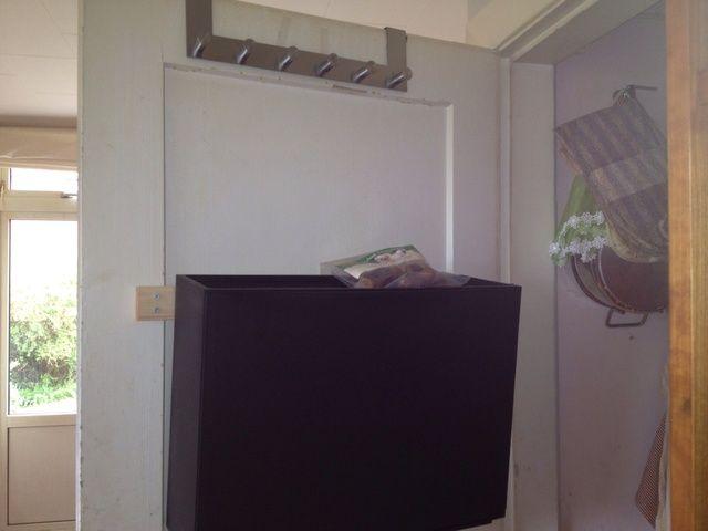 Mueble para zapatos de Ikea. Colgado en la puerta no es práctico, así que he pedido a mi marido para moverlo a la pared. Él no't do it. So now I'll do it.