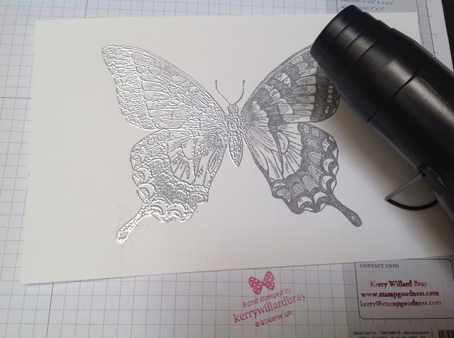 Utilice la herramienta de calor para que te deja gofrado en polvo - aquí el lado izquierdo de mariposa ha sido calentado y el derecho a no tiene