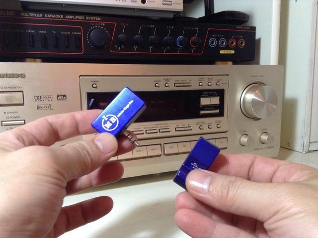 Asegúrese de que el transmisor de música IMB está completamente cargada, luego retire el transmisor de ella's USB charger